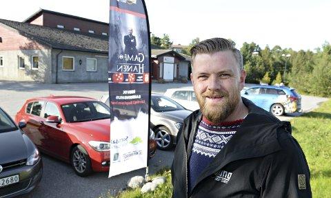 Alf Yttervik-Adolfsen har med seg ex-verdensmester Hans Morten Hansen i Rensvik samfunnshus neste lørdag. I løpet av 2019 kommer Yttervik-Adolfsen til å doble sin omsetning innenfor stand up-arrangementer.