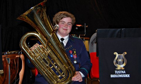 Pia Simonsen er ei av dei få som held fram i skolemusikken også etter 10. klasse, og trakterer tubaen med stor sjølvfølge.