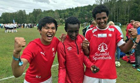 Mark Paler (fra venstre), Ali Abdiraman og Mieron Goitom jublet for seier mot Uvdal. Trioen scoret målene som sendte Sunndal videre i Norway Cup.