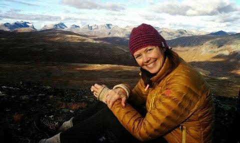 Prosjektleder for Stikk UT Sammen, Liv Synnøve Hoel vil at flere eldre skal ut på tur. Her er hun selv på tur med nista.