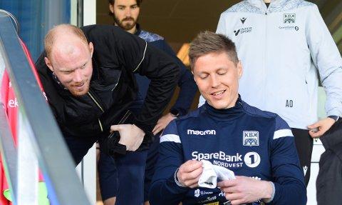 Torgil Gjertsen ble ønsket velkommen til Kristiansund var Pål Erik Ulvestad og de andre KBK-gutta onsdag.