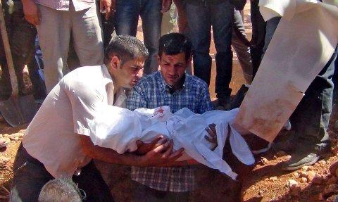 Lille Aylan Kurdi har rørt en hel verden etter at druknet på flukt fra Syria. Dette bildet er fra guttens begravelse. Faren hans, Al-Kurdi, holder sin sønn i armene. Han måtte også begrave sinkone og Aylans fem år gamle bror.