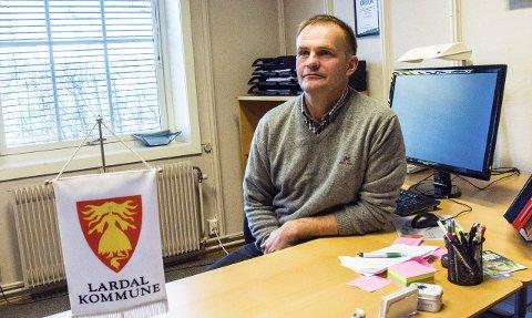 TVIHOLDER: Lardal-ordfører Knut Olav Omholt håper at det ikke ødelegger for utviklingsmulighetene ved Brufoss laksesenter at Tønsberg-politikerne tviholder på eiendommen ved Lågens bredd.