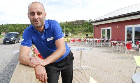 TRAVEL SOMMER: Daglig leder på østre Bolærne Alex Rossitto hadde en travel sommer i restauranten i fjor, men håper det kommer flere overnattingsgjester i år.