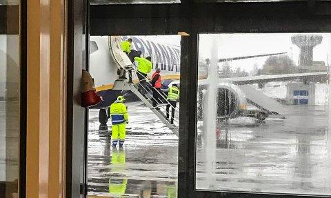SVÆRT BERUSET: Den polske mannen var så beruset at politiet måtte bære ham av flyet.
