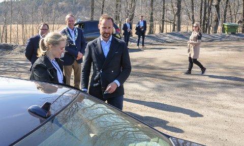 STOLTE: Både fylkesmann Per Arne Olsen og ordfører Petter Berg var stolte over å vise fram steinindustrien til kronprinsen, som her har takket for seg og er på vei et annet sted.