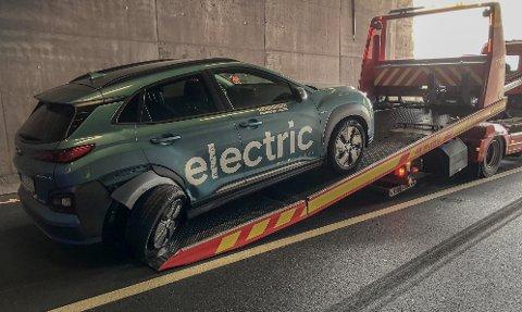 IKKE KJØRBAR: Det var ikke slik prøvekjøringen skulle gå. Denne Hyundai Kona el-bilen, som det bare finnes svært få av i Norge, ble ødelagt i ulykken. Nå håper bilforretningen at den lar seg reparere, det står svært mange interesserte kunder i kø for den.