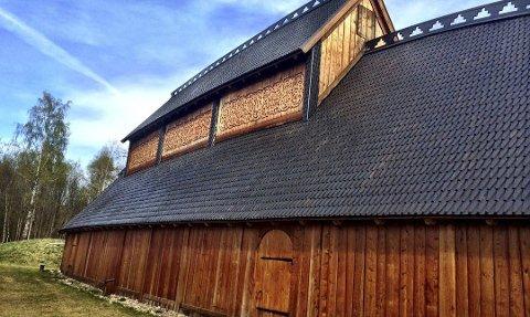 SATSES PÅ: I tilknytning til Gildehallen på Borre skal det nå bygges et skallbygg som omslutter de to mindre servicebyggene med kjøkken og toalett. Slik håper man at stedet gjør seg enda bedre visuelt.