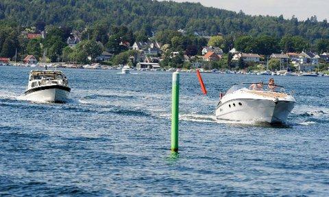 VISE VETT: Alkohol og båtføring er en dårlig kombinasjon. Har du tenkt på om du skal drikke pils eller kaffe på sjøen i sommer, spør forfatterne.