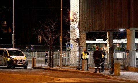 VOLDSEPISODE: Politiet ble varslet om hendelsen ved bussterminalen litt etter klokka 23.00 lørdag kveld.