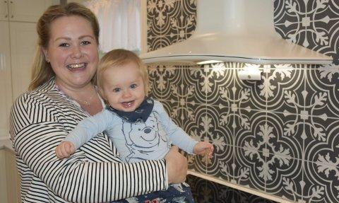 Hjemme med sønnen: Ann Christin Clüver Haugseth  og sønnen Vemund. Han er snart ett år, men hun strekker ut permisjonen så hun får vært hjemme sammen med den lille nydlingen litt ekstra. Foto: Anne Dehli