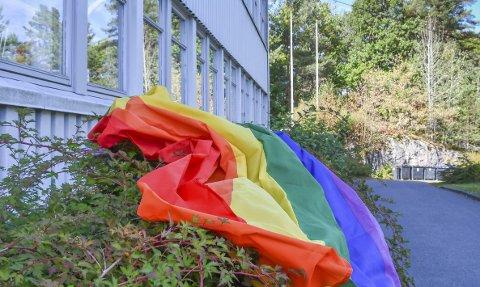Regnbueflagget: Vaktmester Jens Arild Nordheim har sørget for å ha fri på onsdag, slik at han slipper å heise regnbueflagget i disse to flaggstengene på Tvedestrand vgs. Foto: Mette Urdahl