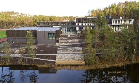 Den nye skolen ved Mjåvann: Innbydende og topp moderne skole. Hvis det blir fritt skolevalg, vil den kunne komme til å tiltrekke seg elever både fra Gjerstad og Risør. Foto Atle Goutbeek