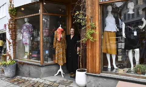 Slutter i byen: Siri Brodersen er egentlig utdannet blomsterdekoratør, men siste årene har hun jobbet mest med klær. Nå stenges butikken i byen. Foto: Siri Fossing