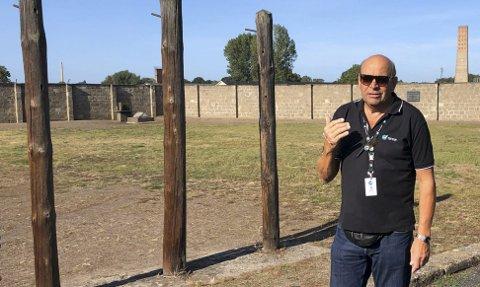 I Sachsenhausen: Her forteller reiseleder Eysten Loftesnes om en av avstraffelsesmetodene som var å henge folk opp på pålene etter bakbundne hender. Foto: Anne Dehli