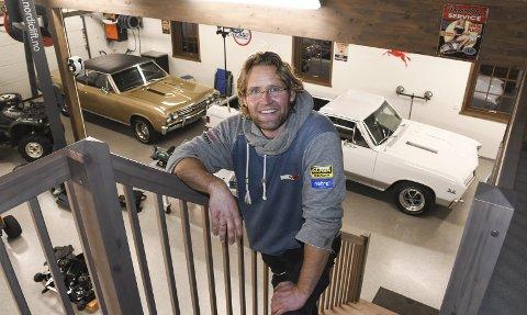 Rommelig: John Lia kan være fornøyd etter å ha fått god plass til sine veteranbiler, og til å mekke på både disse bilene og andre kjøretøyer. I rommet ved siden har han laget en amerikansk saloon.Foto: Øystein K. Darbo