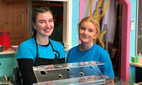 Sommerjobb: Michalina og Vilde jobber på Burgers and Shakes i Tvedestrand