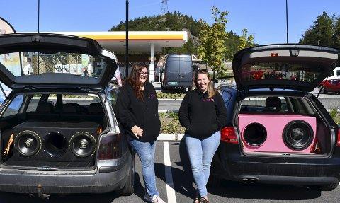 Får «KOnsertfølelsen» I egen bil: Linda Karin Løvlie (til venstre) og Marita Løvdal har bygget bilene sine sånn at bagasjerommet og dørene fyller hele bilen med bra lyd til anlegget. Foto: Anne Kristine Dehli/Privat