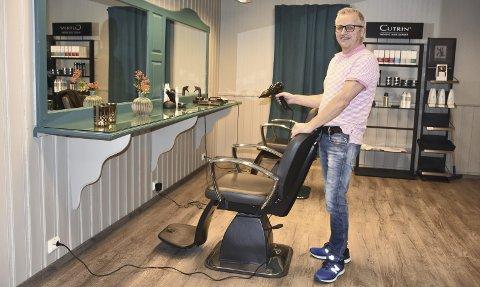 Hektiske dager: – Jeg gleder meg hver dag til å gå på jobb og i dette yrket finnes ikke et kjedelig øyeblikk, sier frisørveteranen Morten Austdal som nå har totalrenovert salongen på Fagernes.