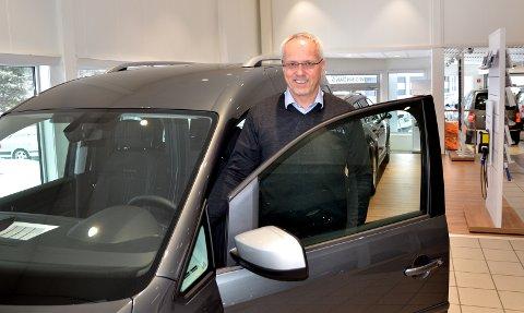 Selger mange varebiler: Daglig leder hos Valdres Auto, Robert Gjerdalen, selger mange VW Caddy, varebilen var også i april den varebilen han solgte flest av.