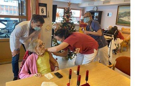Kirsten Lemme, beboer på Sør-Aurdalsheimen, fikk sitt første av to sprøytestikk i dag. Foto: Sør-Aurdal kommune