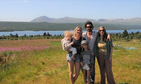 IDYLL: Luke Elliot og familien nyter fjellparadiset i Valdres. På bildet: dattaren Freya (t.v.), kona Kine Nymo, datteren Edith, Luke Elliot, og assisterende daglig leder May-Rita K. Sætervoll.