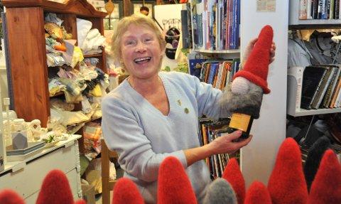 HØYJULEFAKTOR:Helga Eriksen viser fram en av sine mange nisser i strikka og tova ull under julemarkedet på Miljøhuset Gnisten.