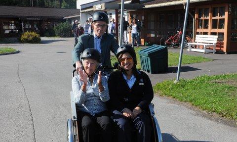 UT PÅ TUR: Nå kan brukerne av Skytta bo- og servicesenter også dra på sykkeltur. Her er Audny Kleven og Iren Torkamanipour med Gerd Peymann som styrmann ute på prøvetur.