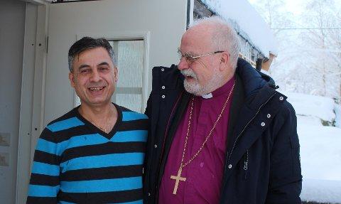 FIKKREPARERTSKOEN:At flyktninger kan ha nyttig spesialkompetanse fikk biskop Atle Sommerfeldt konkret erfare hos skredder Wahid Rasho i Utsiktsveien.