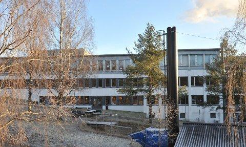 UTLØSTE ALARM:Veketere og politi gjennomsøkte fredag kveld Bjertnes videregående skole etter at et alarm var utløst. Det ble ikke funnet personer, ytterligere skader på bygget eller at gjenstander var fjernet..