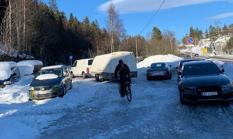 ULOVLIGPARKERING:Bilde tatt for en stund siden på snuplassen tvers over veien fra innfartsparkeringa på Gjelleråsen.