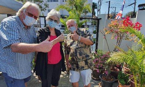 TROSSER KORONA - PÅ PLASS I SMILETS LAND: Ekteparet Holst fra Drøbak (Brita og Helge) og trønderen Stig Weigner (til høyre) er fornøyde og gir tommel opp for Thai-karantene. Foto: Stig Martin Solberg (Nettavisen)
