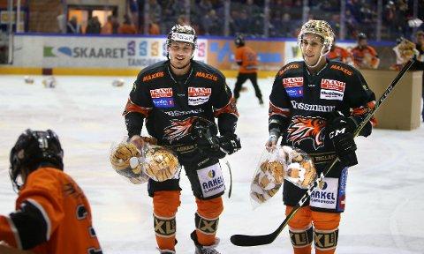 IKKE I VARMEN: Fredrik Lystad Jacobsen (midten) virker å være et stykke unna landslagstroppen til Petter Thoresen. FOTO: KARL BRAANAAS