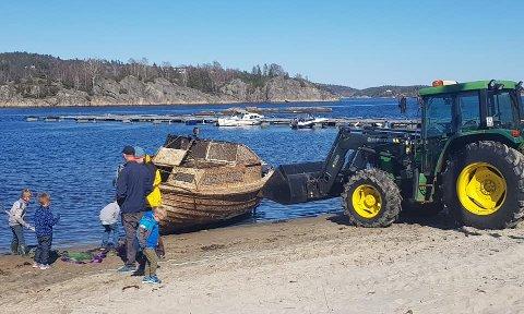 TRAKTOR OG DREGG: Plastsjekta ble dregget fast og dratt opp av traktor, forteller velforeningsleder Lene Follo.