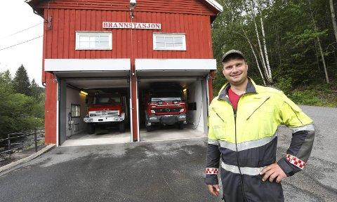 Glad brannmann: Brannmester Knut Erik Ulltveit foran dagens vognhall i Egddalen. Han er veldig fornøyd med at de to brannbilene i bakgrunnen skal få moderne parkeringslokaler neste år. Der brannbilene står, skal det blir garderober for brannmannskapene.alle foto: Stig Sandmo