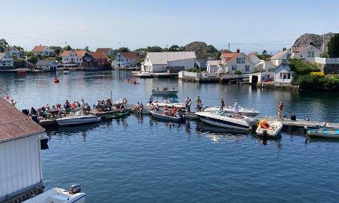 MANGE KOMMER BÅTVEIEN: Ved hjelp av flere flytebrygger kan mange legge til på Hidra og delta på Sommer i Rasvåg. Over 300 deltok mandag.