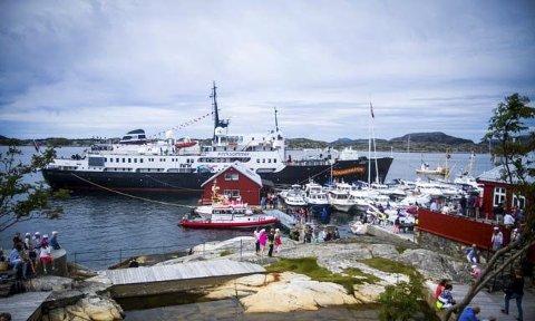 Opptur: Skjerjehamn i Gulen har fått ein stor oppsving etter at den mykje omdiskuterte statuen av Kong Olav vart reist i 2007. Avdukinga skulle også bli starten på Utkantfestivalen, som vart arrangert i helga og då trekte rundt 12.000 besøkande.Foto: Privat