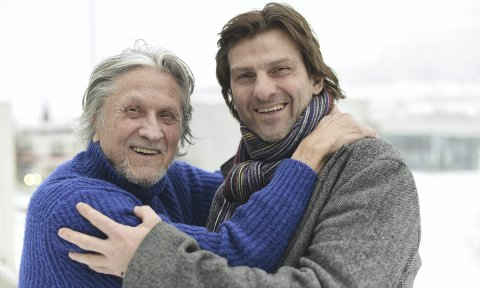 Jon Eikemo har rolige dager som pensjonist i Oslo og Eksingedalen. Men på selveste nyttårsaften hvert år svinger han seg til Voss for å stå på scenen på Fleischers hotel. I fjor sto han på scenen sammen med Claus Sellevoll. Foto: Kai Flatekvål
