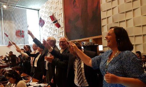 Delegasjonen frå Nordhordland jubla med norske flagg i Paris då det var klart at søknaden vart godkjent og Nordhordland dermed blir eit av 700 område i verda med UNESCO-status som såkalla Biosfæreområde.