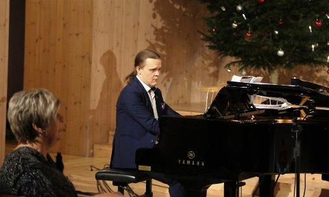 """Frode Skag Storheim sat både ved orgelet og ved flygelet. Orkesteret, som også bestod av Maria Eikefet (fiolin), Rebekka Eikefet (cello) og Viljar Bjørsvik Rath (trompet) slo verkeleg an tonen og skapte magiske tonar med """"You to the World""""."""