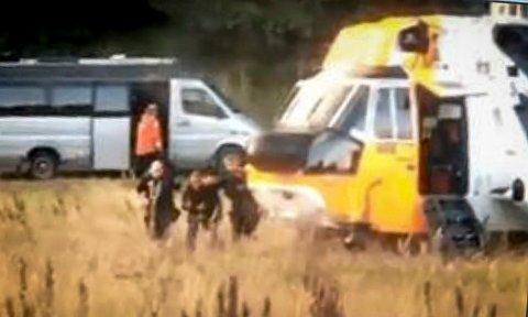 HENTET ØREN: Dette stillbildet fra en privat video tatt av Remi Arntsen viser hvordan politiet geleider Øren til Sea Kingen.