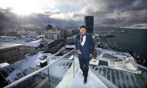 Snakker. Næringslivstopp Morten Jakhelln snakker flertallet på Stortinget midt imot. Han vil dele Nord-Norge i to regioner, med en ny grense ved Gratangen kommune i Troms. 8Foto: Tom Melby