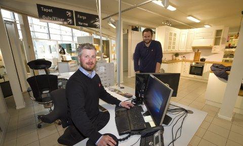 Byggevarer på nett: Daglig leder Andreas Johansen og markedsansvarlig Magnus Jordahl-Broback (foran) vil supplere staben med digital kompetanse. BEGGE Foto: Per Torbjørn Jystad