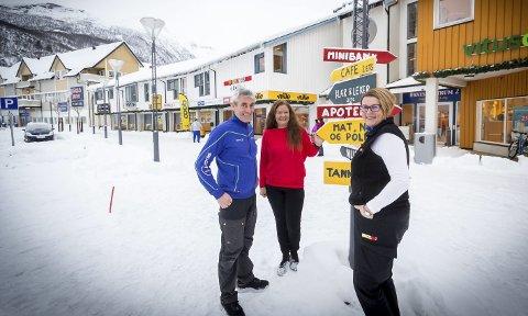 Optimister: Ståle Dybvik (57), Nina Svendsgård Høgseth (51) og Anita Taraldsen (54) ved noen av de håndmalte skiltene næringsaktørene håper skal bidra til å vise bredden i handels– og servicetilbudet i Meløy.Foto: Johan Votvik