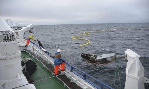 1 Hvordan blir kastet?: Kjartan Ervik (borterst) har som oftest til oppgave å passe på at snurperingene kommer inn og på plass, mens Bernhard Kristensen overvåker nota i sjøen.