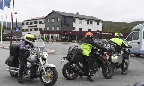 STOPP: På grunn av et hotell, en dagligvareforretning og en bensinstasjon som alle ligger kloss inntil E6, er Innhavet et populært stoppested for veifarende, også de som trenger et dobesøk.
