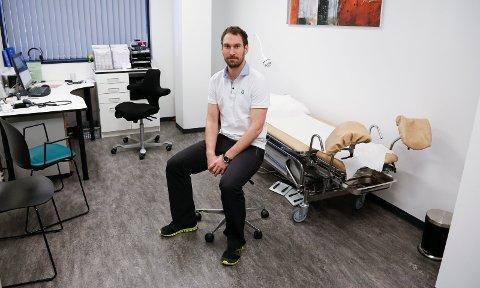 LEGE: Eirik Røthing Simonsen ved Haugesund medisinske senter opplever nå at de alle fleste oppsøker legen og kommer til avtalt legetime.