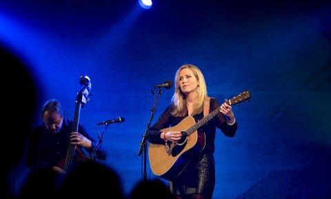 Ingebjørg Bratland, her fra en konsert under «Heimafrå»-turneen med Odd Nordstoga på Vossajazz i 2013. Søndag skulle hun spilt på Nattjazz.