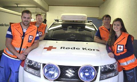 VETERANER: De fire medlemmene i hjelpekorpset i henholdsvis Odda og Tyssedal                                                                                         har til sammen 63 års erfaring som frivillige hjelpekorpsene. Foran Cato Iversen (33) og Synne Lindvik (24), bak f.v. Kjetil Kristiansen (27) og Geir Tupsjøen (43). De startet alle i hjelpekorps da de var 16 år gamle.FOTO: KATHERINE FERGUSON
