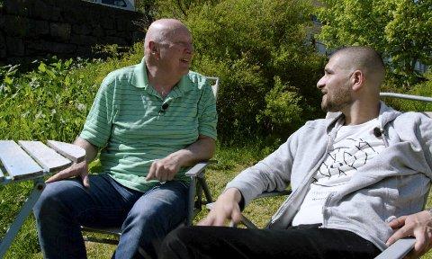 Yngve Træland (til venstre) og Leo Ajkic møttes i 1996, da Træland opprettet Fremløv. Siden den gang har de vært gode venner. – Det var viktig for meg å dra den sosialarbeider-delen litt lenger. Jeg kan ikke sitte ved en kontorpult og ekspedere, jeg må møte dem. Bli kjent med dem.